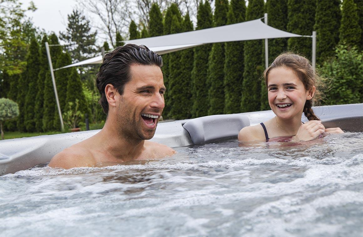 Отец и дочь в СПА-бассейне Wellis